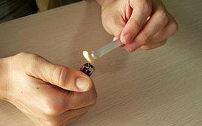 热熔胶容易熔化,证明其分子结构不稳定