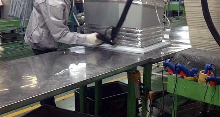 利用热熔胶的热粘性来粘合基材